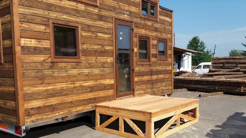 Fabrication de la TinyHouse de Brigitte : Devant l'atelier avec sa Terrasse