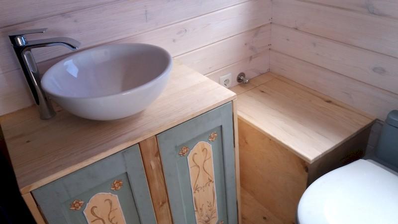 La TinyHouse de Brigitte : Le lavabo et les Toilettes